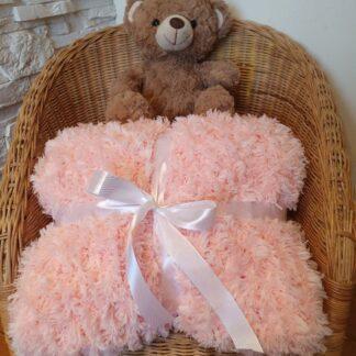 kocyk futrzasty pleciony dla dziecka różowy